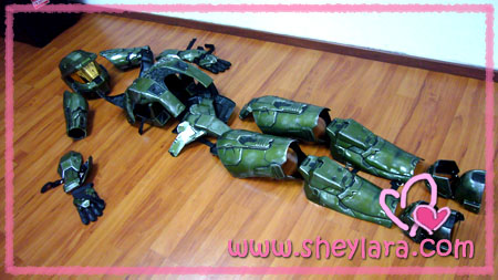 The actor playing Master Chief is the only guy who gets a genuine Halo 3 costume. I guess this costume kinda saves the event from being a laughing stock ... & master chief | Sheylara